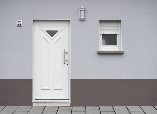 Modernisierte Fassade eines Wohnhauses in blaugrau